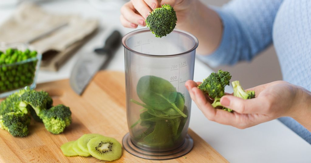 Making a healthy smoothie with broccoli and kiwi